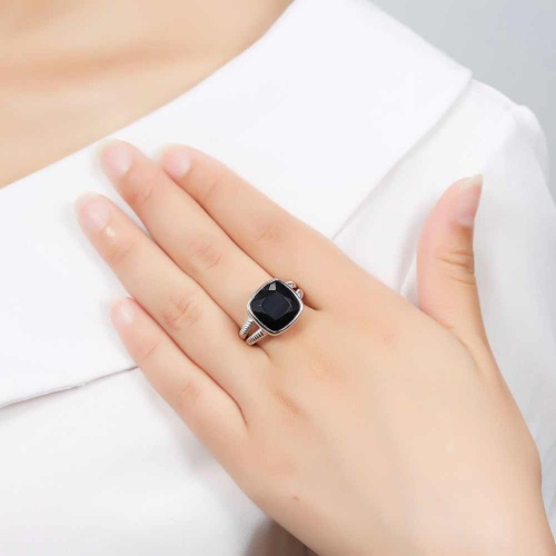 Know about the advantages and symbolism of Onyx gemstone in your life